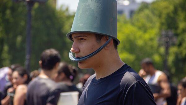 Молодой человек в экипировке на празднике Вардавар на площади Республики (28 июля 2019). Еревaн - Sputnik Արմենիա