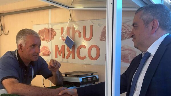 Руководитель Государственной службы по безопасности пищевых продуктов Георгий Аветисян сделал подарки продавцам мясного пассажа (29 июля 2019). Гюмри - Sputnik Армения