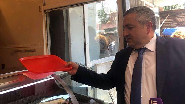 Руководитель Государственной службы по безопасности пищевых продуктов Георгий Аветисян сделал подарки продавцам мясного пассажа (29 июля 2019). Гюмри - Sputnik Արմենիա