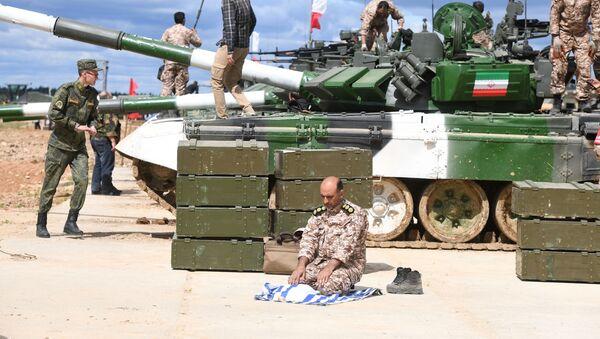 Военнослужащий у танка Т-72Б3 команды армии Ирана во время подготовки к международным соревнованиям Танковый биатлон-2019 на подмосковном полигоне Алабино - Sputnik Армения