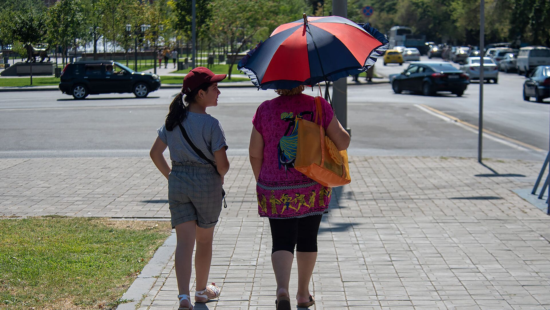 Люди на улицах Еревана в невыносимую жару - Sputnik Արմենիա, 1920, 26.08.2021