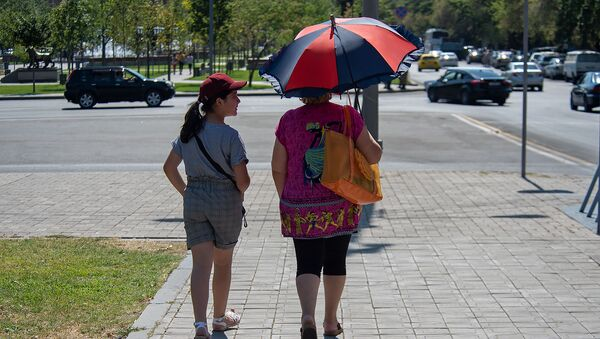 Люди на улицах Еревана в невыносимую жару - Sputnik Армения