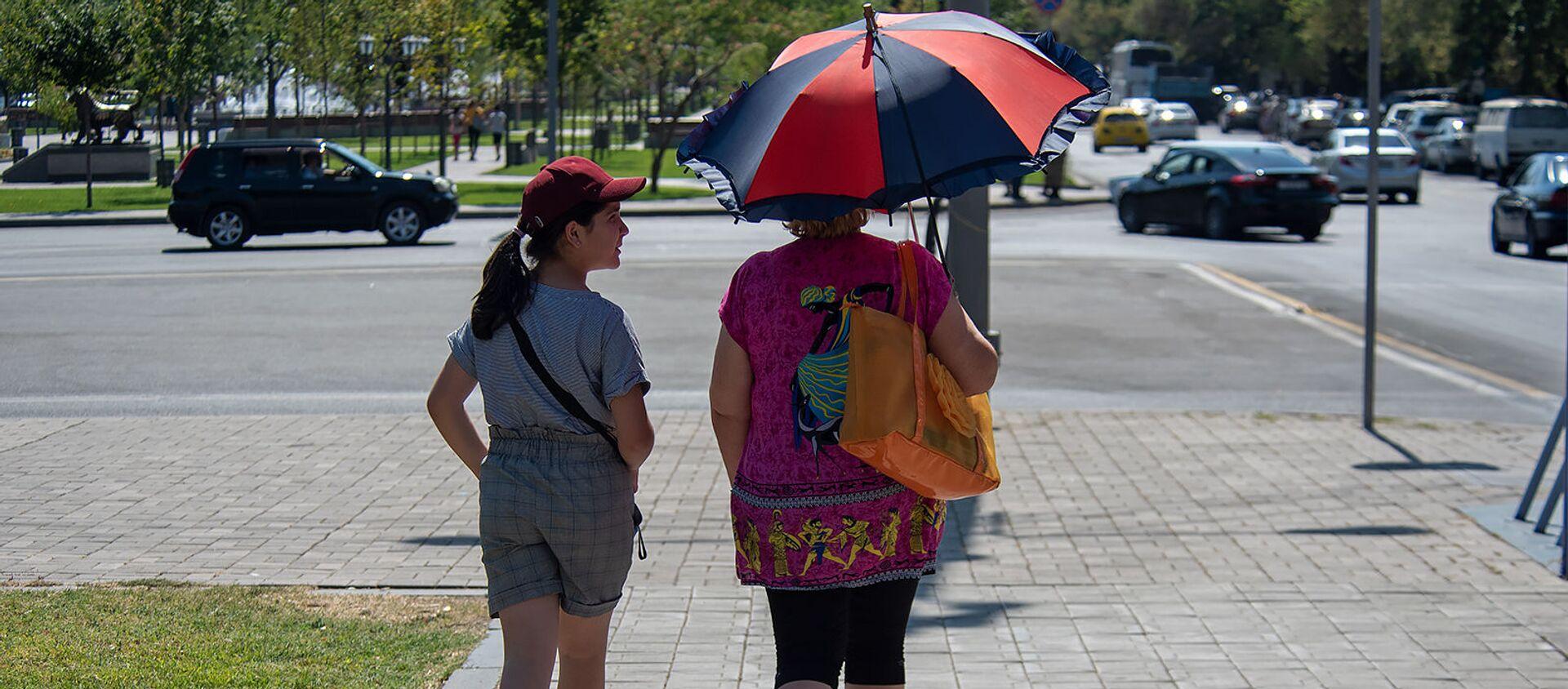 Люди на улицах Еревана в невыносимую жару - Sputnik Армения, 1920, 24.07.2021