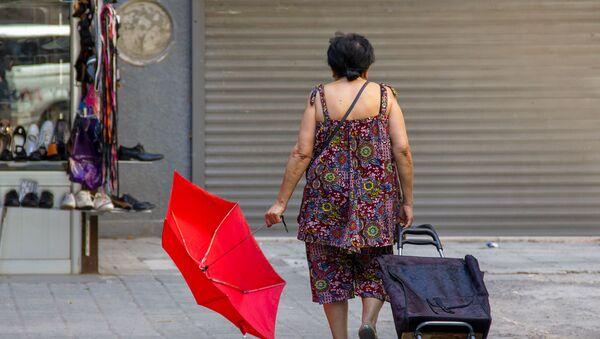 Люди на улицах Еревана в невыносимую жару - Sputnik Արմենիա