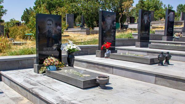 Надгробные плиты павших героев четырехдневной войны - Sputnik Армения