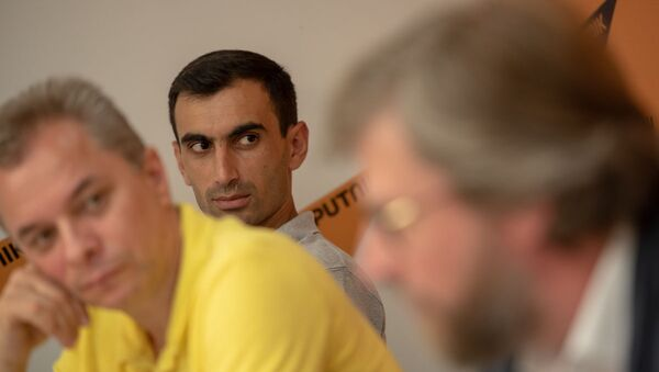 Ашот Сафарян слушает выступление Федора Лукьянова на проекте SputnikPro в мультимедийном пресс-центре Sputnik Армения (1 августа 2019). Еревaн - Sputnik Армения