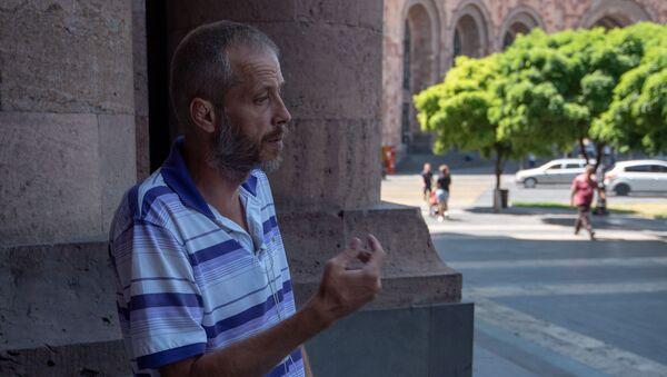 Объявивший голодовку бывший военнослужащий Цолак Хачатрян перед Домом правительства (5 августа 2019). Еревaн - Sputnik Արմենիա