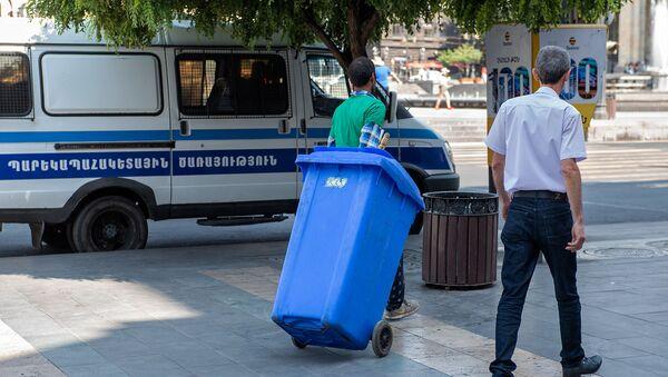 Работник санитарной службы во время работы на площади Республики - Sputnik Արմենիա