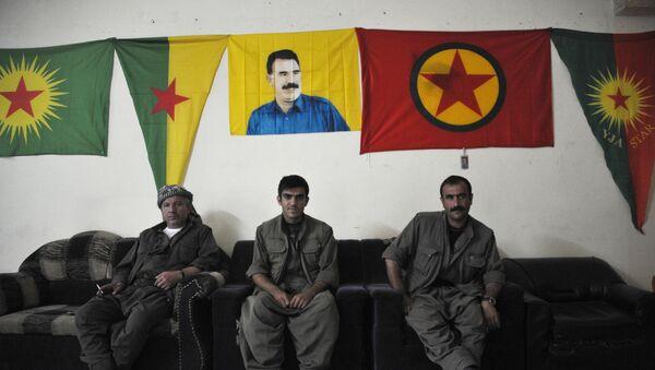 Бойцы Рабочей партии Курдистана под портретом Абдуллы Оджалана - Sputnik Армения