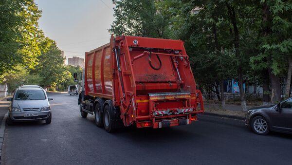 Автомобиль санитарной службы на улице Тотовенца - Sputnik Армения