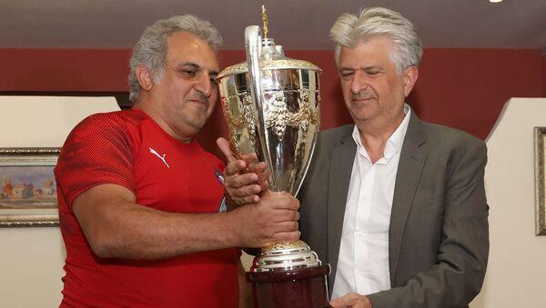 Владелец клуба Пюник Артур Согомонян передал Вардану Сирмакешу копию чемпионского кубка Чемпионата Армении по футболу 2008 года (9 августа 2019). Еревaн - Sputnik Армения
