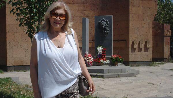 Вдова Вардгеса Петросяна Сона Тигранян у памятника писателю в городе Аштарак - Sputnik Արմենիա