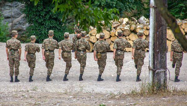 Солдаты срочной службы на тренировке по строевой ходьбе - Sputnik Արմենիա