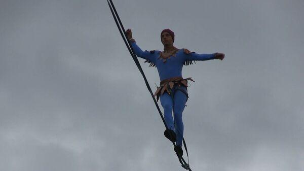 Хождение по трюкам: немецкий канатоходец прошел почти километр на высоте 12-этажного дома в Перми - Sputnik Армения