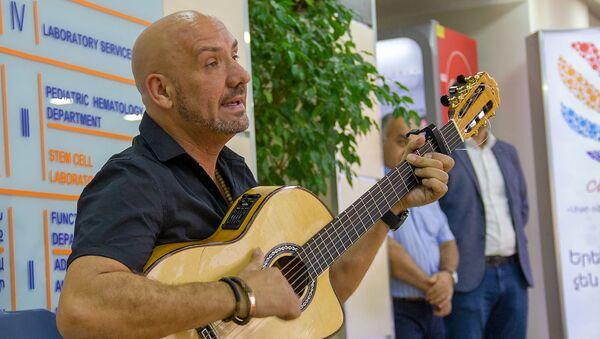 Солист и гитарист группы Джозеф Джипси Кингз Фемили Джозеф Фаржиер в Гематологическом центре (14 августа 2019). Еревaн - Sputnik Армения