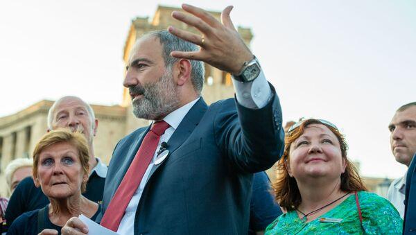Премьер-министр Никол Пашинян рассказал туристам о достопримечательностях Еревана - Sputnik Армения