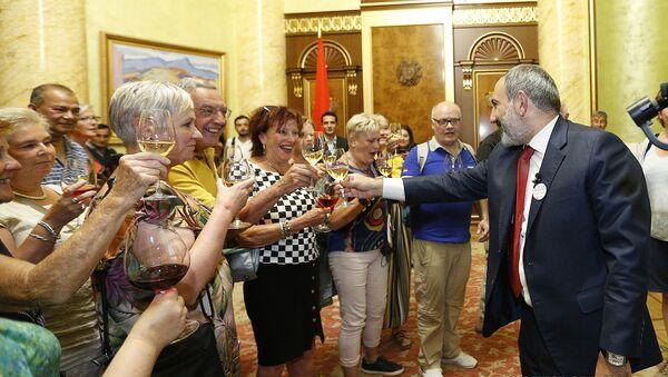 Վարչապետը օտարերկրացի զբոսաշրջիկներին հրավիրել է կառավարության շենք - Sputnik Армения