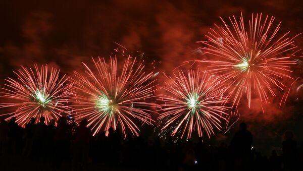 Салют на международном фестивале фейерверков Ростех в Братеевском каскадном парке в Москве - Sputnik Արմենիա