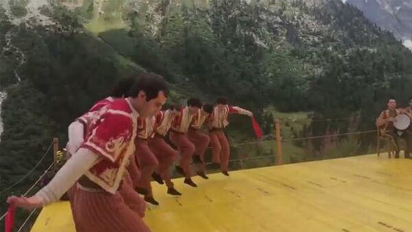 Артисты армянского танцевального ансамбля «Берд» станцевали Кочари в швейцарских Альпах - Sputnik Արմենիա