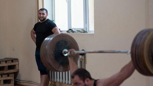 Симон Мартиросян наблюдает за упражнениями Акопа Мкртчяна на тренировке в преддверии ЧМ-2019 по тяжелой атлетике - Sputnik Արմենիա
