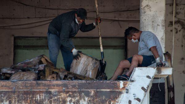 Вынос испортившихся продуктов в холодильниках после пожара на складе Дзюник Сарнарян - Sputnik Արմենիա