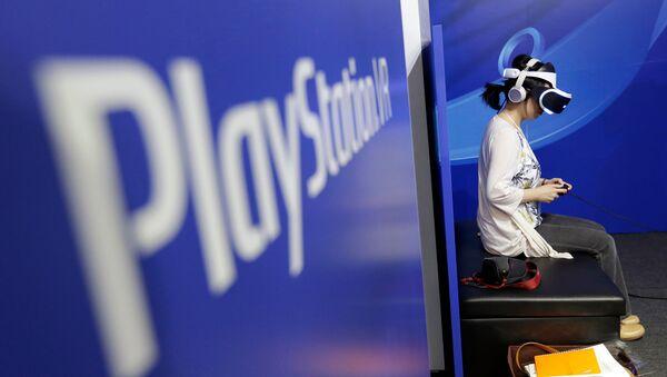 Посетитель Токийского игрового шоу пробует устройство головного убора PlayStation VR (15 сентября 2016). Макухари - Sputnik Արմենիա
