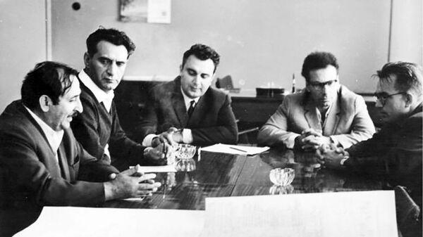 Сергей Мергелян, Ашот Петросян и академик Виктор Глушков в вычислительном центре академии  - Sputnik Армения