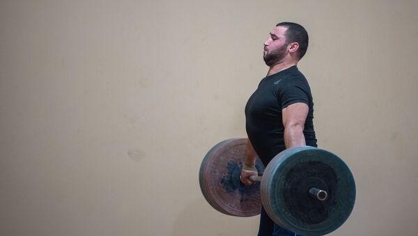 Симон Мартиросян на тренировке в преддверии ЧМ-2019 по тяжелой атлетике - Sputnik Армения