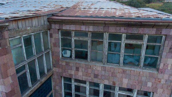 Здание школы села Навур Тавушской области с высоты птичьего полета - Sputnik Армения