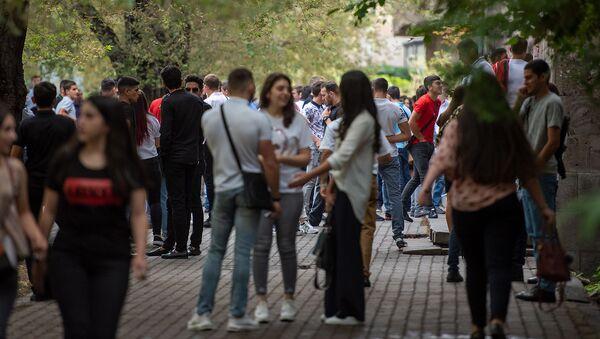 Студенты перед Гос.институтом физкультуры и спорта в первый учебный день  - Sputnik Армения