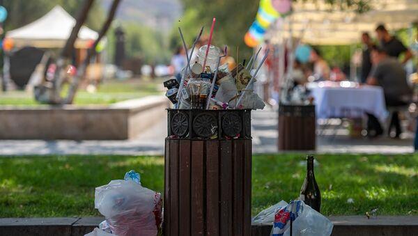 Переполненный мусорный бак в Ереване - Sputnik Армения