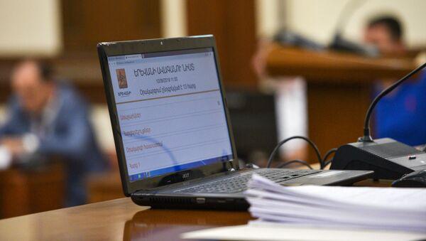 Компьютер в зале заседаний Совета старейшин Еревана - Sputnik Армения