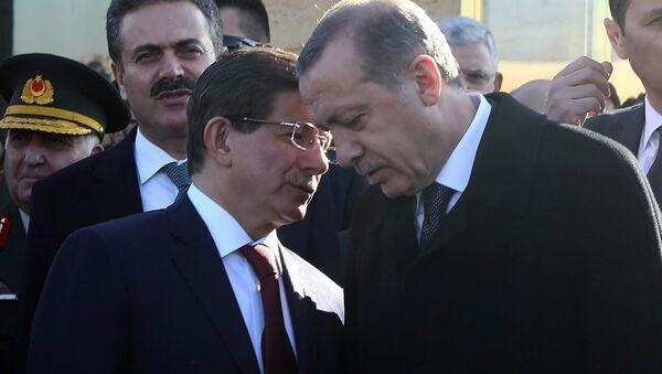 Беседа президента и премьер-министра Турции Реджепа Тайипа Эрдогана и Ахмета Давутоглу в мавзолее Мустафы Кемаля Ататюрка (10 ноября 2014). Анкарa - Sputnik Արմենիա