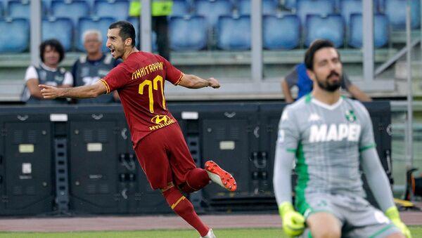 Генрих Мхитарян празднует свой первый гол в составе Ромы во время футбольного матча Серии А между Ромой и Сассуоло (15 сентября 2019). Рим - Sputnik Армения