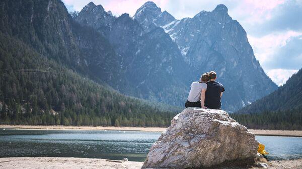 Пара сидит на камне в горах - Sputnik Армения