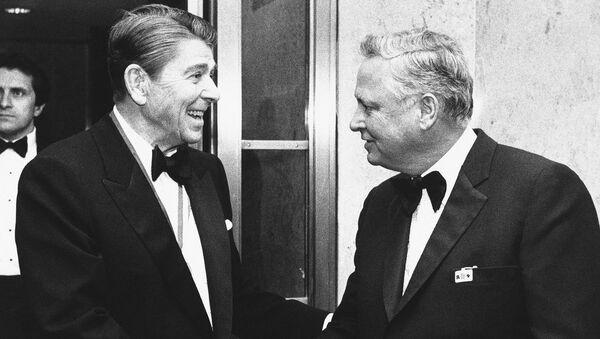 Президент США Рональд Рейган (слева) приветствует Баррона Хилтона по прибытии на Капитолийский холм (26 января 1985). Вашингтон - Sputnik Армения