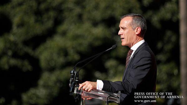 Мэр Лос-Анджелеса Эрик Гарчетти выступил с приветственной речью перед началом митинга премьер-министра Армении (22 сентября 2019). Лос-Анджелес - Sputnik Արմենիա