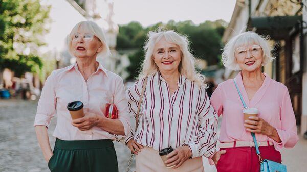 Модные подружки-бабушки на прогулке - Sputnik Армения