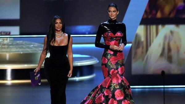 Ким Кардашян и супермодель Кендалл Дженнер на церемонии вручения 71st Emmy Awards в Лос-Анджелесе - Sputnik Армения