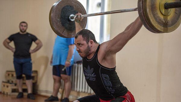 Акоп Мкртчян на тренировке в преддверии ЧМ-2019 по тяжелой атлетике - Sputnik Армения