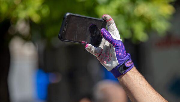 Байкер делает селфи по завершению первого велосипедного марафона Велотон Ереван (22 сентября 2019). Ереван - Sputnik Արմենիա