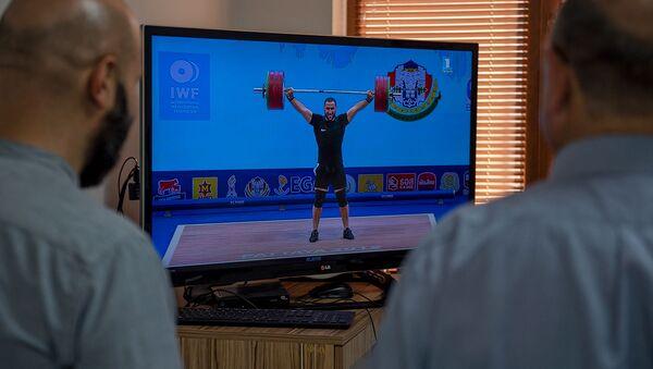 Сотрудники Sputnik Армения наблюдают за чемпионатом мира по тяжелой атлетике (26 сентября 2019). Еревaн - Sputnik Армения