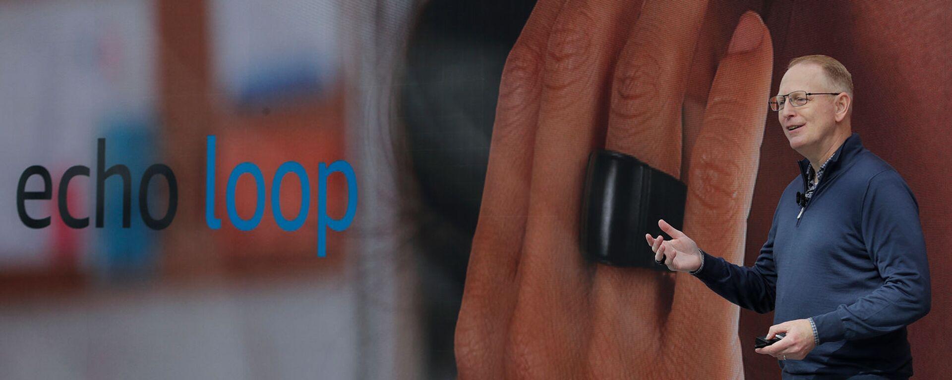 Старший вице-президент по Amazon devices & services Дэйв Лимп рассказывает о кольце Echo Loop, включенном с помощью технологии Alexa personal assistant (25 сентября 2019). Сиэтл - Sputnik Армения, 1920, 26.07.2021
