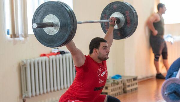 Самвел Гаспарян на тренировке в преддверии ЧМ-2019 по тяжелой атлетике - Sputnik Армения