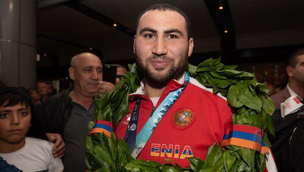 Болельщики встречают армянских тяжелоатлетов в аэропорту Звартноц (1 октября 2019). Еревaн - Sputnik Արմենիա