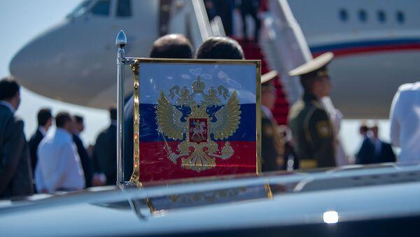 Флаг с гербом России на автомобиле президента России в аэропорту Звартноц - Sputnik Армения
