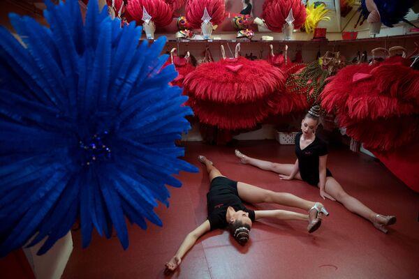 «Մուլեն Ռուժի» պարուհիները ներկայացումից առաջ - Sputnik Արմենիա