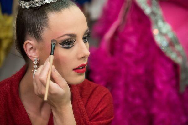 «Մուլեն Ռուժի» պարուհին ներկայացումից առաջ - Sputnik Արմենիա