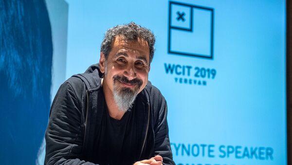 Визит гостя WCIT 2019, вокалиста группы System of a Down Сержа Танкяна в Ереван (5 октября 2019). Звартноц - Sputnik Արմենիա