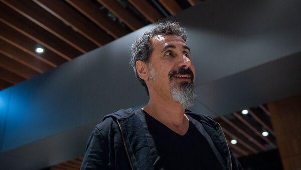 Визит гостя WCIT 2019, вокалиста группы System of a Down Сержа Танкяна в Ереван (5 октября 2019). Звартноц - Sputnik Армения